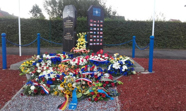 Le_Mémorial_de_l'OTAN_de_Fréthun_fleuri_lors_de_la_cérémonie_annuelle.jpg
